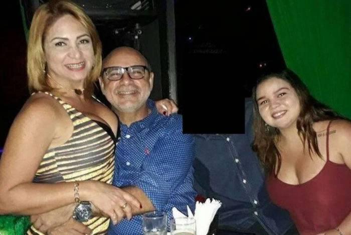 Esposa e uma das filha de Queiroz