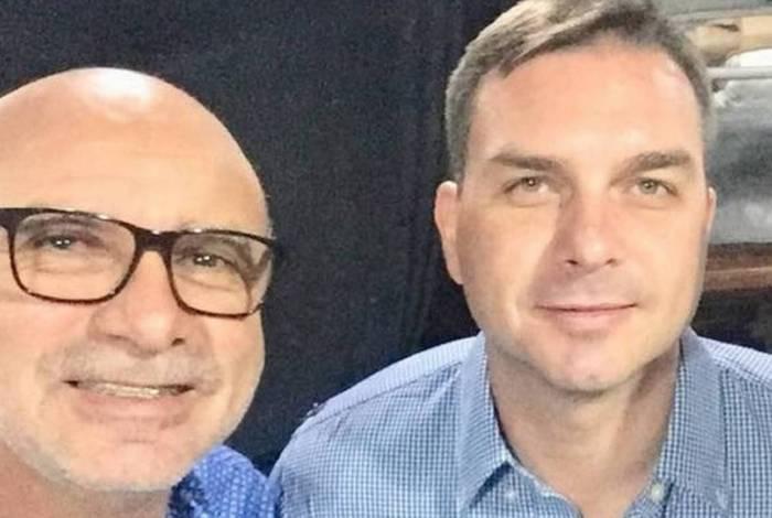 Flávio com seu ex-assessor da época da Alerj Fabrício Queiroz: possível esquema de 'rachadinhas'