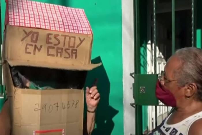 Idosa cria fantasia de casa de papelão para poder ir para rua