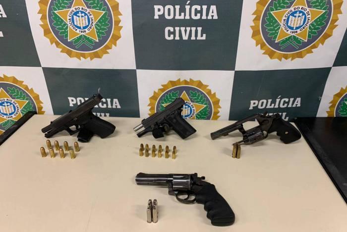 Com os criminosos, agentes encontraram quatro armas, que foram apreendidas