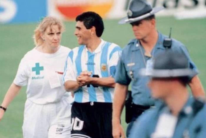 Maradona sendo levado ao exame em 1994