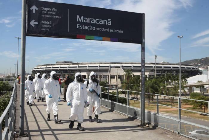 Exército executa higienização na estação da Supervia do Maracanã
