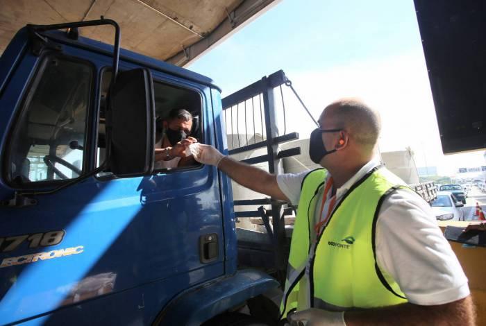 Caminhoneiros e motociclistas também receberam o equipamento de proteção individual, que é obrigatório em Niterói desde o dia 23 de abril