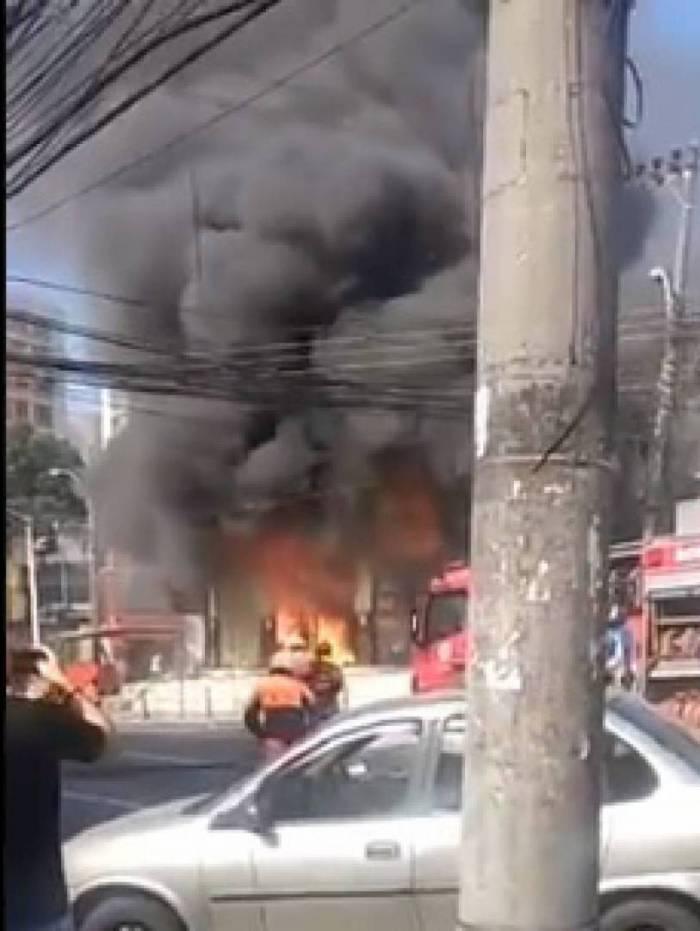 Imóvel no Pechincha, Zona Oeste do Rio, é alvo de incêndio no fim da manhã desta quarta-feira