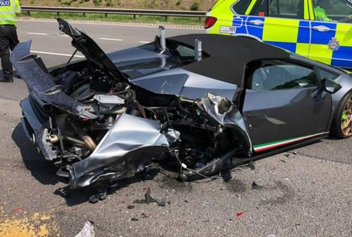 Lamborghini de R$ 1,3 mi fica destruída 20 minutos após compra;confira