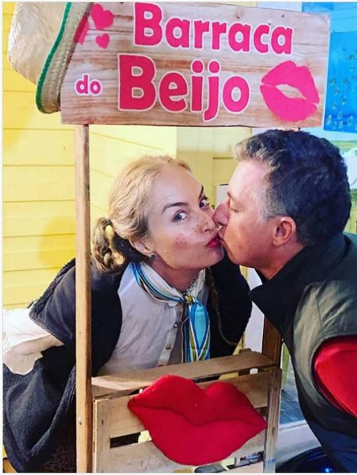 Luciano Huck e Angélica na barraca do beijo