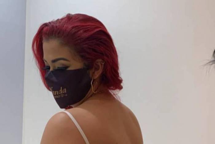 Blogueira Nanda Marques recebe injeção no bumbum em tratamento estético