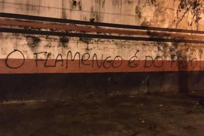 Muros da Gávea são pichados após Flamengo cobrar por transmissão