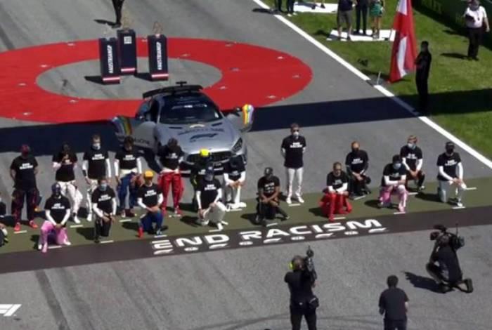 Pilotos se ajoelham em protesto contra racismo no início da Fórmula 1