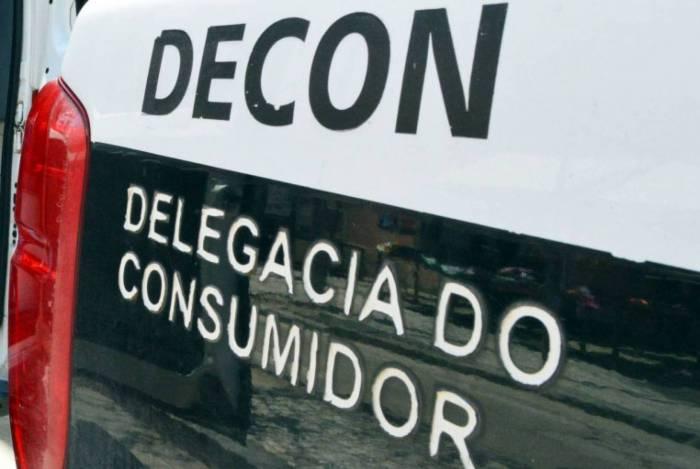 A dupla foi presa por agentes da Delegacia do Consumidor (Decon)
