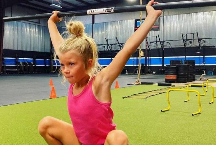 Garota de 7 anos faz halterofilismo