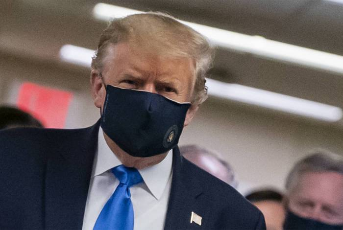 Donald Trump usa máscara pela primeira vez em público