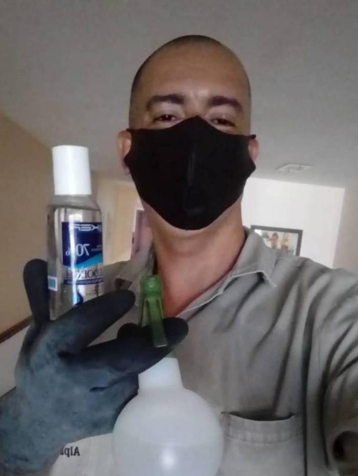 Segundo o porteiro Flávio Vidal, a pandemia da covid-19 mudou sua rotina de trabalho