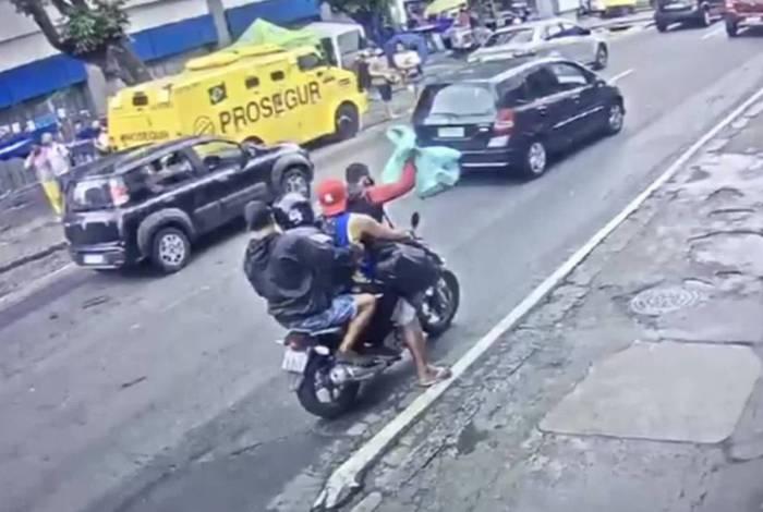 Quatro homens fogem na mesma moto