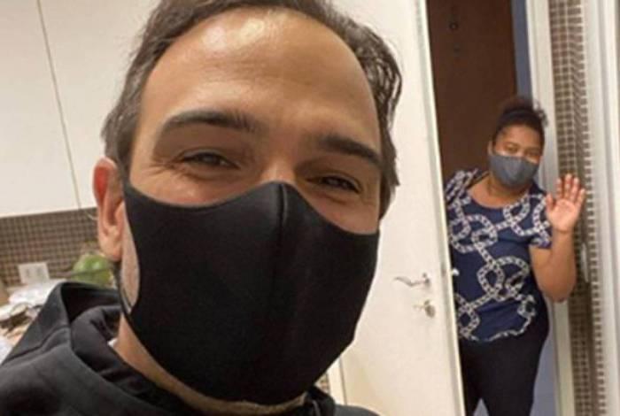 Tadeu Schimidt recebe empregada doméstica de volta em sua casa