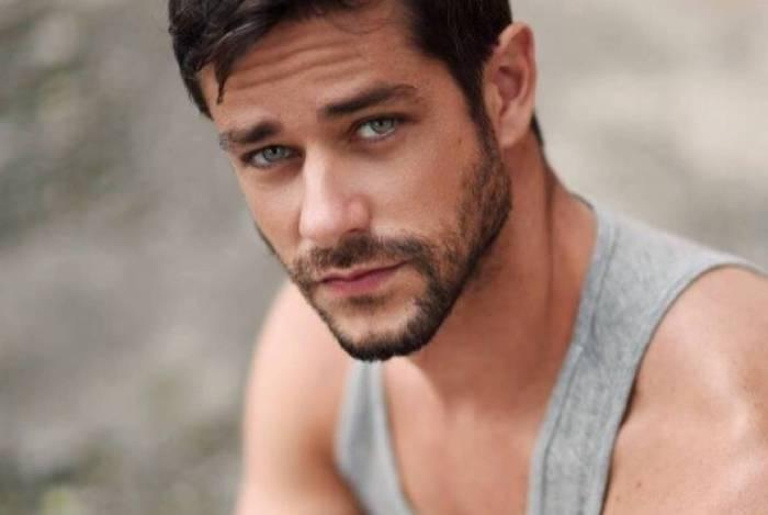 Felipe Martins estrela campanha de marca de cuecas