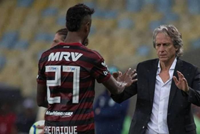 Bruno Henrique cumprimenta Jorge Jesus após fazer gol