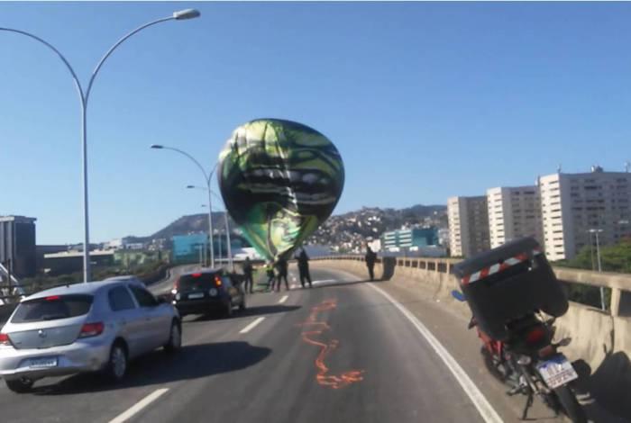 Policiais militares que passavam pela via retiraram o que sobrou do balão