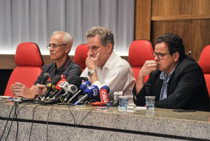 Landim (centro) ao lado de Reinaldo Belotti (E) e Rodrigo Dunshee de Abranches em coletiva