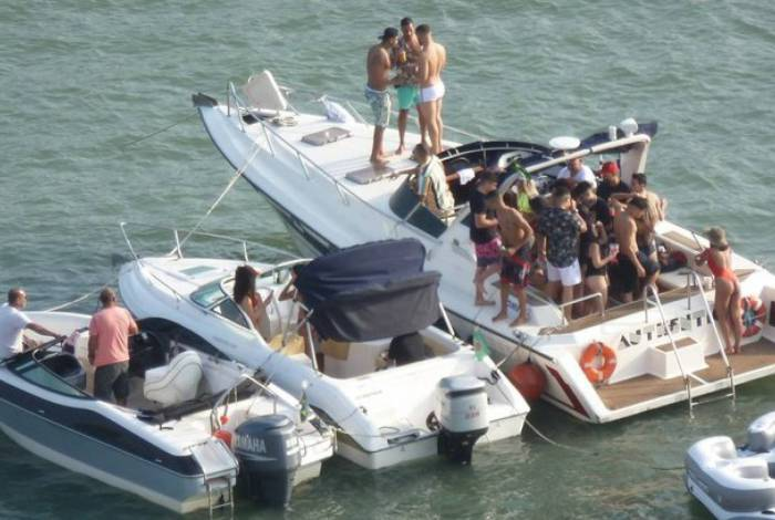 Grupo ignora a pandemia e faz festa em lancha na cidade de São Vicente