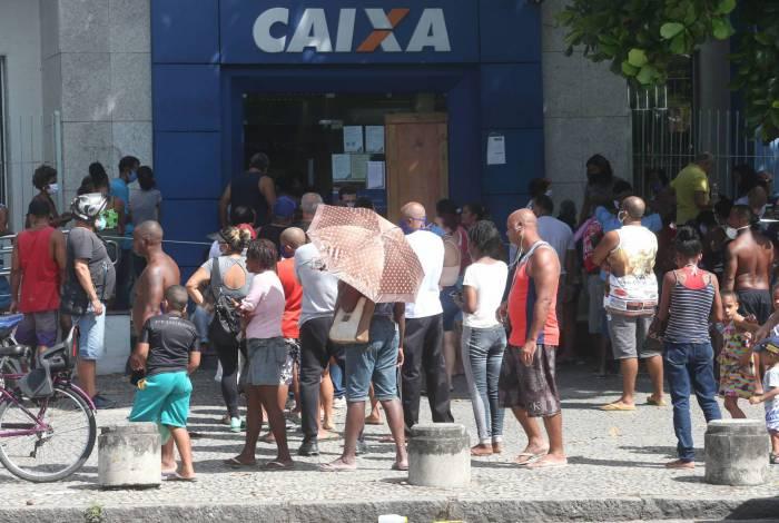Trabalhadores em fila para receber socorro de R$ 600