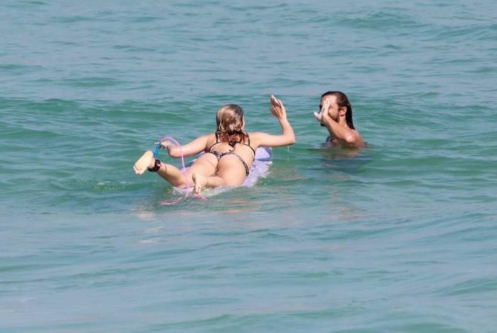 Isabella Santoni surfa na Praia da Joatinga