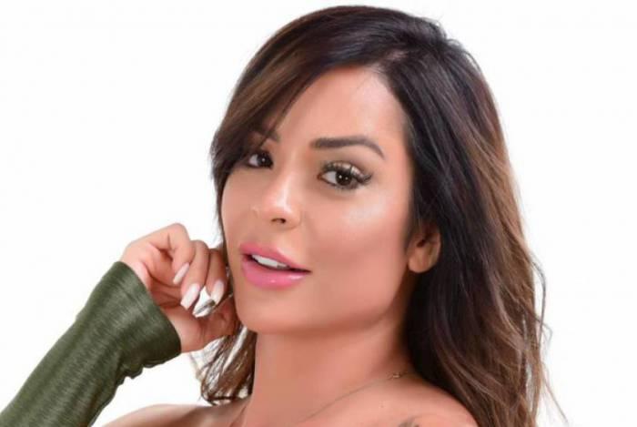 Denise Dias muda a dieta para ganhar pernão e comemora: 'cheguei a 105cm de bumbum'