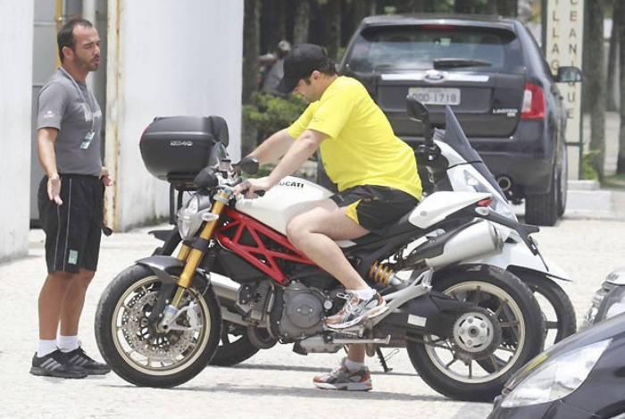 Benício com sua Ducati Monster na Barra