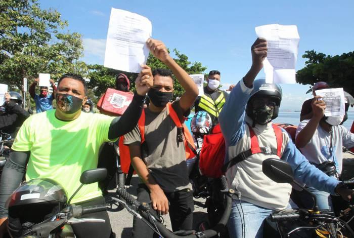 Protesto em Niterói teve muito barulho e lista de reivindicações impressa em papéis
