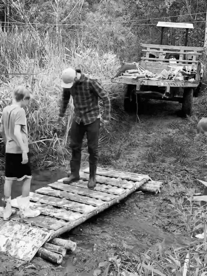 Rodrigo Hilbert ensina filhos a construir uma ponte