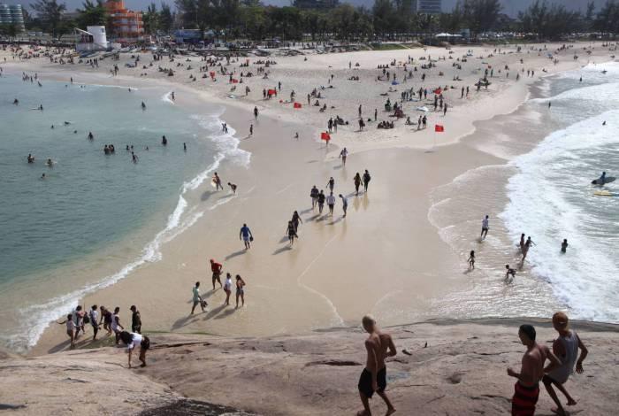 Surfistas e banhistas na praia do Pontal, no Recreio dos Bandeirantes