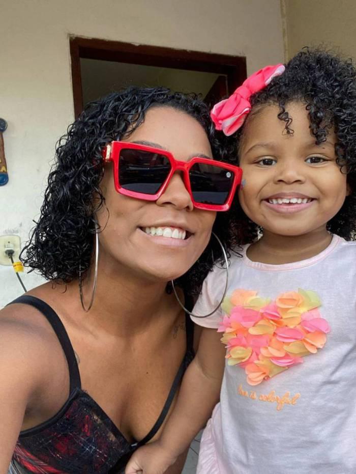 Mc Rebecca e a filha Morena
