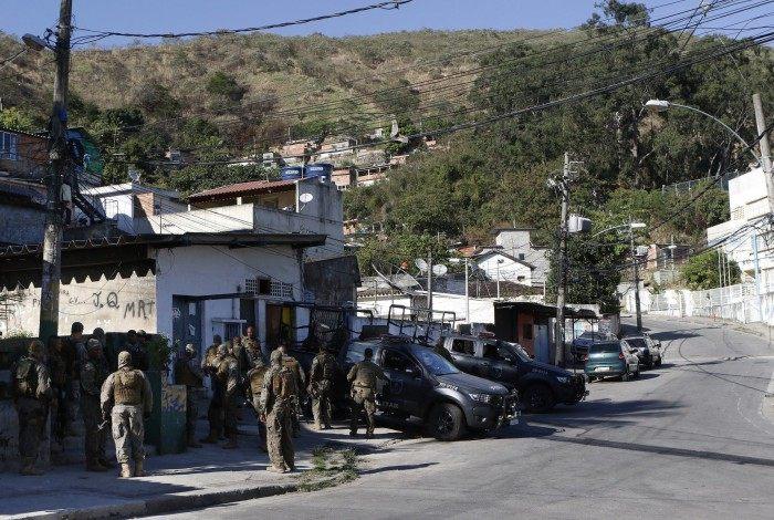 Região da Praça Seca, em Jacarepaguá, é alvo de operação da Polícia Militar, que prende dois homens ligados às milícias da área