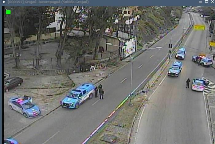 Estrada Grajaú-Jacarepaguá fica fechada durante operação policial no Complexo do Lins