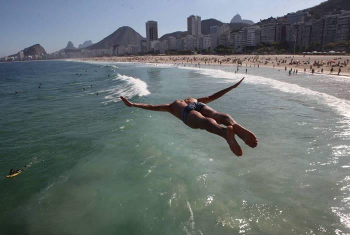 Prefeitura do Rio libera banho de mar. Permanência na areia ainda está proibida