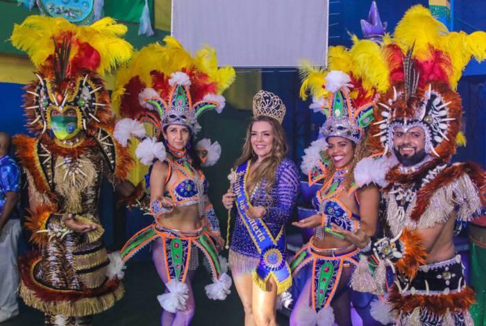 Simony é coroada rainha de bateria da escola de samba Unidos do Peruche