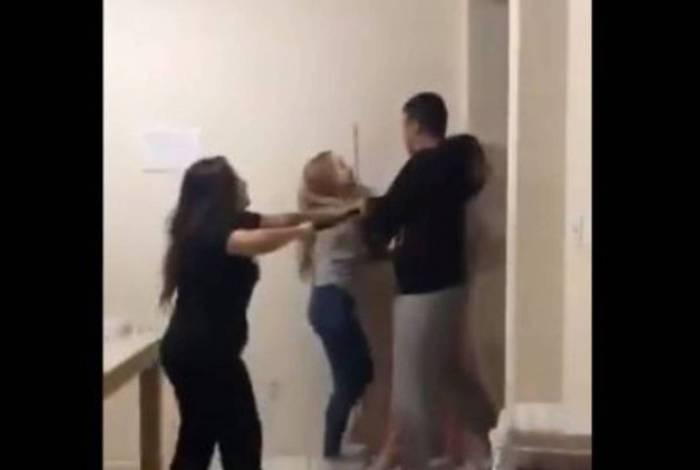 Vídeo registrou momento em que PM e esposa invadiram apartamento das estudantes