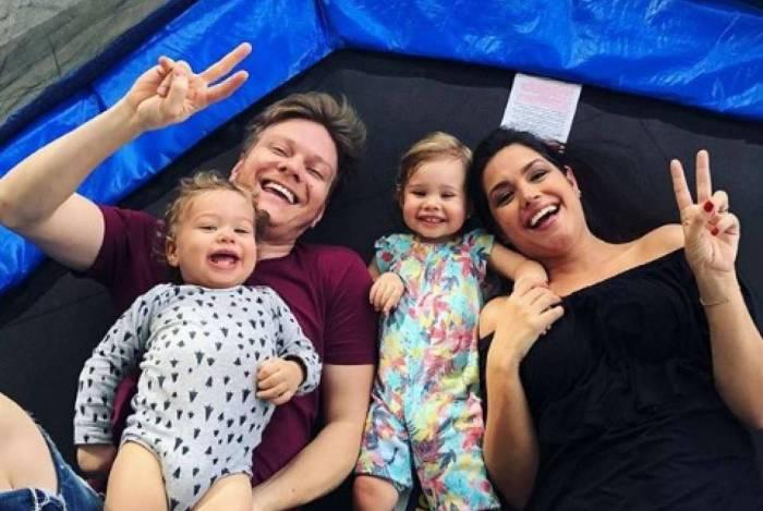 Michel Teló, Thais Fersoza e os filhos Melinda de 2 anos e Teodoro de 1 ano