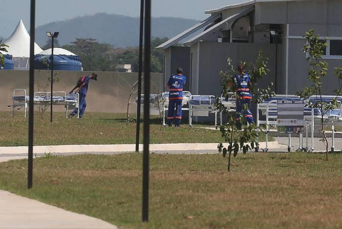 Equipe retira macas em Nova Iguacu. Em Caxias, empresários (destaque) dizem não terem sido pagos