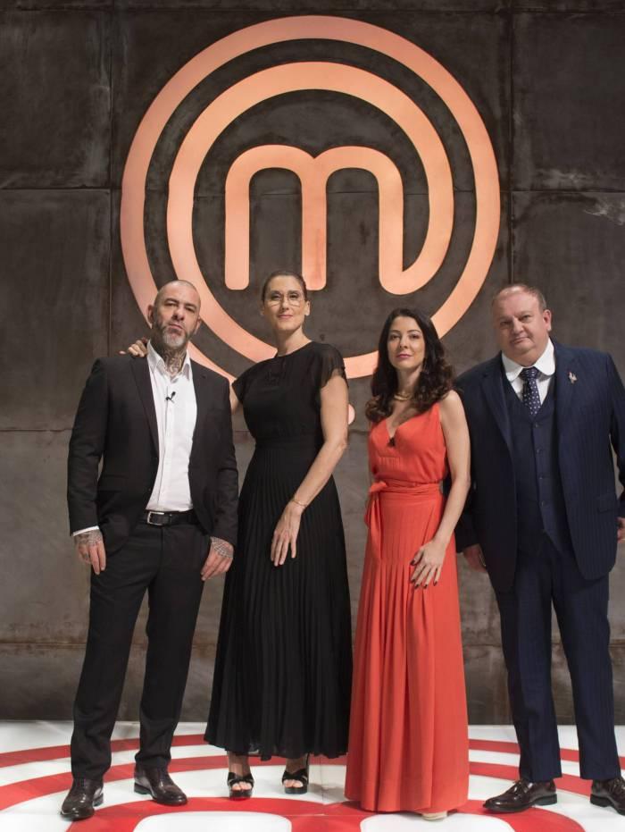 Ana Paula Padrão (de vermelho) e os jurados do 'MasterChef'