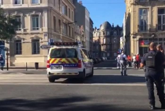 Homem armado faz reféns na França