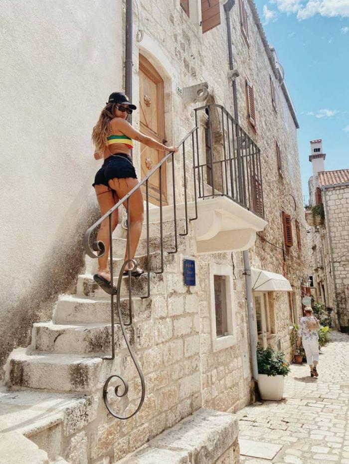 Anitta mostra bumbum com shortinho curtinho na Croácia
