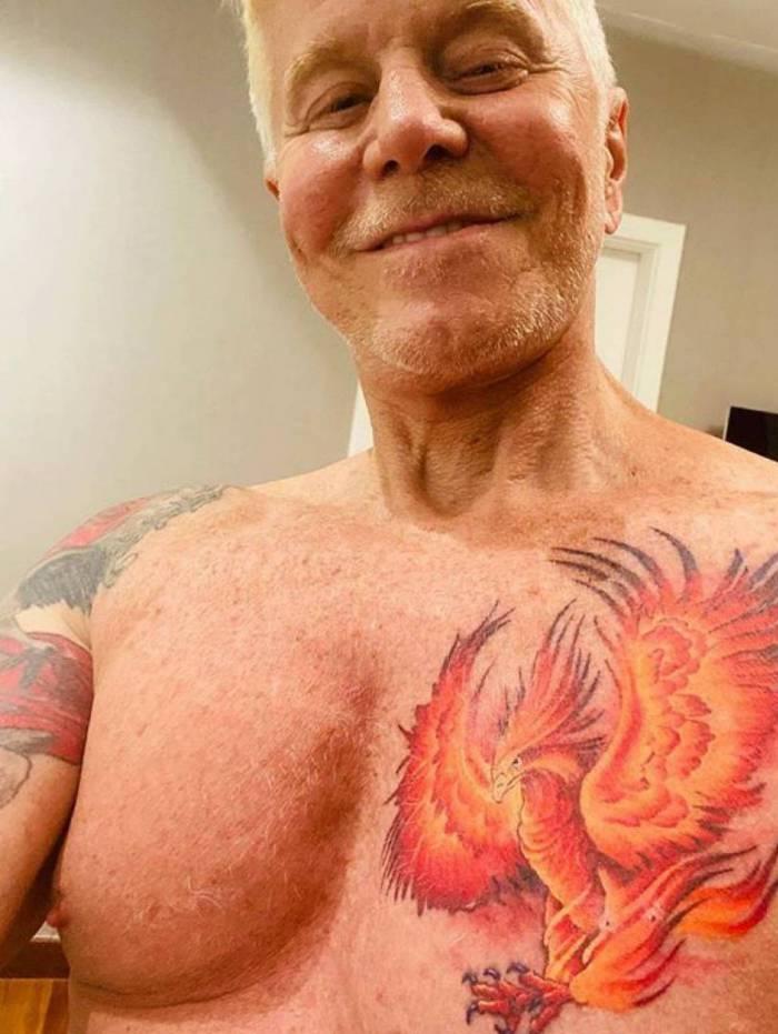 Miguel Falabella faz tatuagem de fênix no peito