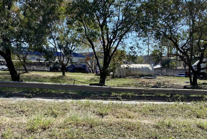 Motorista morre após caminhão tomar na Washington Luiz, em Duque de Caxias