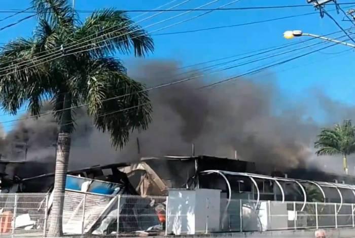 Incêndio atingiu clínica da família em Sepetiba, na Zona Oeste do Rio, na manhã de domingo