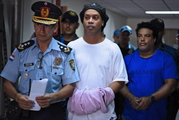 Ronaldinho e o irmão, Assis, estavam presos no Paraguai desde o dia 6 por uso de passaportes fraudulentos