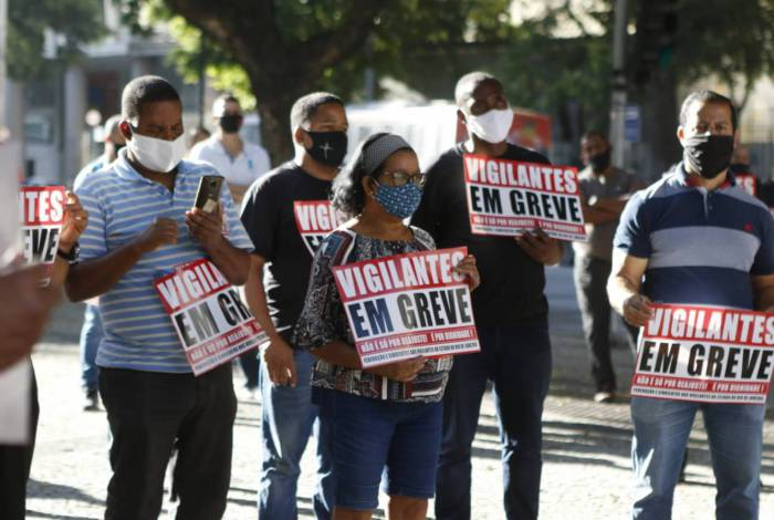 Vigilantes de agências bancárias e shoppings fazem manifestação na Candelária