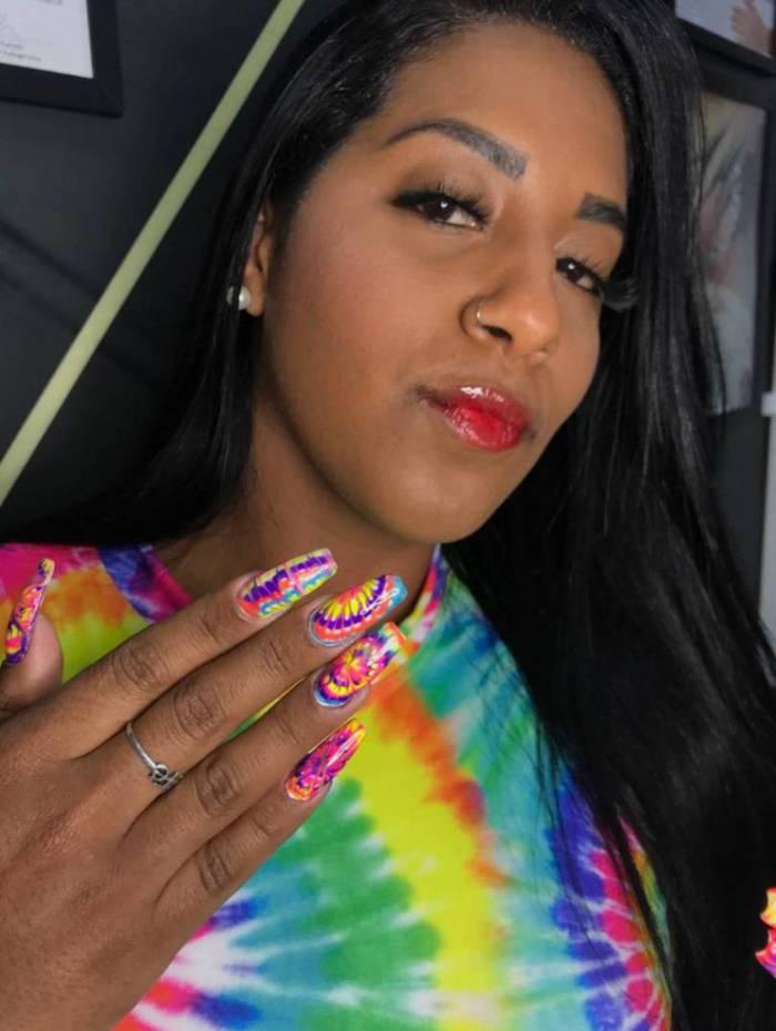 Jéssica Alves posa com a sua unha tie dye