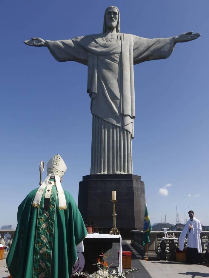 Missa no Rio homenageia familiares e os mais de 100 mil mortos por covid-19