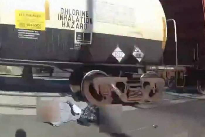 Policial salva cadeirante de atropelamento por trem; vídeo